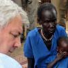 Via Twitter, Stephen O'Brien compartilhou uma foto sua com uma criança desnutrida no Sudão do Sul.