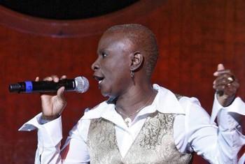 Angélique Kidjo empresta a voz à campanha.