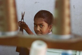 Mulheres e meninas representam mais de metade das vítimas. Foto: OIT/A.Khemka