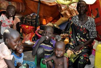 Família sul-sudanesa num abrigo das instalaçoes da ONU. Foto: Ocha