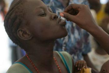 Mulher recebe vacina contra a cólera no Sudão do Sul. Foto: OMS/A. Ngethi