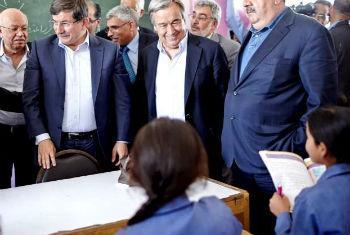 Guterres (ao centro) e ministros de países receptores de refugiados sírios visitam escola na Jordânia. Foto: Acnur/S. Baldwin