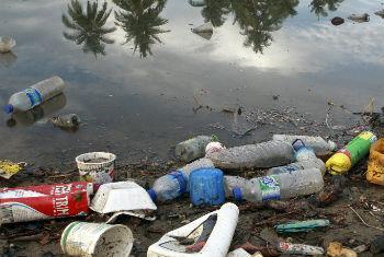 Garrafas de plástico em Dili, capital do Timor-Leste. Foto: ONU/Martine Perret
