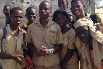 Jovens em Guiné-Conacri receberam instruções de organizações internacionais de saúde de como se proteger do vírus. Foto: OMS/T. Jasarevic