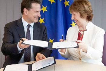 Pierre Krähenbühl e Catherine Ashton firmam declaração conjunta. Foto: União Europeia