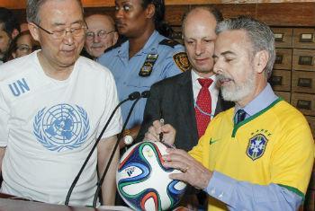 Ban Ki-moon (esq.) com o embaixador Antonio Patriota em evento na sede da ONU nesta segunda-feira. Foto: ONU/Paulo Filgueiras