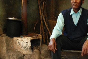 Casa com fogão a carvão na África do Sul. Foto: ONU/Gill Fickling