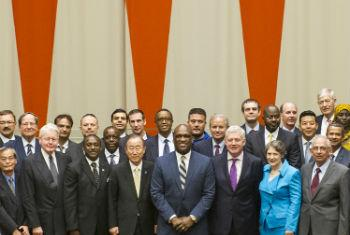Ban Ki-moon (centro) no Fórum Energia Sustentável para Todos. Foto: ONU/Mark Garten