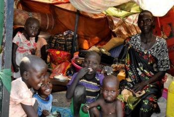 Família sul-sudanesa em abrigo no Estado de Alto Nilo. Foto: Ocha