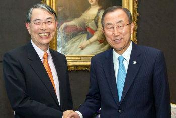 Ban Ki-moon (dir.) e o presidente do TPI, Sang-Hyun Song (foto de agosto de 2013). Foto: ONU/Rick Bajornas