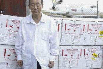 Ban Ki-moon e as doses de vacina que chegaram ao Haiti na semana passada (foto de 15 de julho). Foto: ONU/Paulo Filgueiras