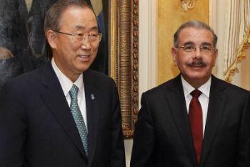 Ban (esq.) com o presidente da República Dominicana, Danilo Medina. Foto: ONU/Paulo Filgueiras