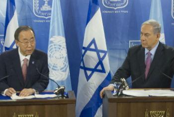 Ban Ki-moon (esq.) e Benjamin Netanyahu em conferência de imprensa nesta terça-feira. Foto: ONU/Eskinder Debebe