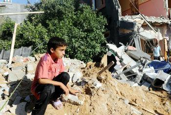 Criança no meio de destroços em Gaza. Foto: Shareef Sarhan