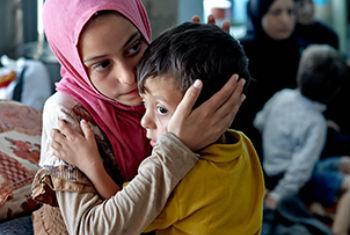 Mãe e filho fogem da violência no país. Foto: Acnur/S. Baldwin