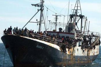 Embarcações transportam centenas de migrantes. Foto: OIM