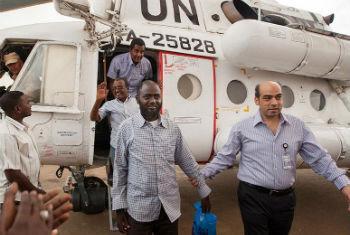 Trabalhadores humanitários são guiados por agente de segurança da Unamid. Foto: Unamid/Albert González Farran