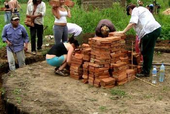 Grupo trabalha em construção de casa. Foto: ONU