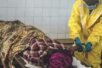 Agente de saúde atende vítima do ebola em Centro de Tratamento da doença na Serra Leoa. Foto: Irin/Tommy Trenchard