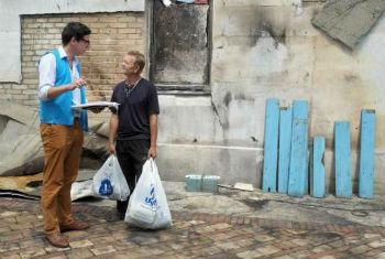 Funcionário do Acnur conversa com ucraniano da região de Donetsk. Foto: Acnur/I.Zimova