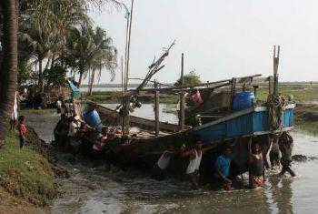 Milhares tentam fugir de barco. Foto: Acnur/V.Tan