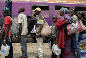 Angolanos na estação de comboios em Kinshasa. Foto: Acnur/B.Sokol