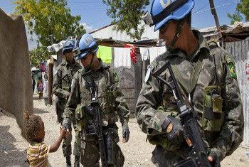 Soldados brasileiros da Minustah patrulhan ruas do Haiti.