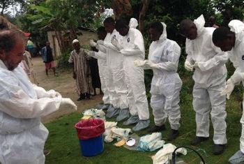 Profissionais de saúde na Serra Leoa. Foto: OMS/T. Jasarevic
