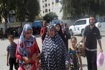 Famílias palestinas buscam abrigo em escolas da Unrwa, em Gaza. Foto: Unrwa