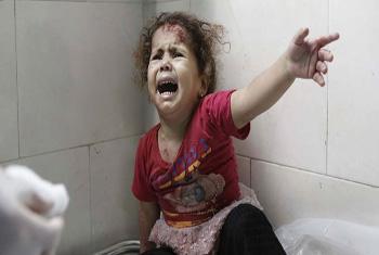 Menina chora durante atendimento no hospital al-Shifa, em Gaza. Foto: Unicef/Eyad El Baba.
