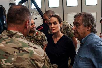 António Guterres (dir.) e Angelina Jolie conversam com pessoas que participaram do resgate em Malta. Foto: Acnur/P. Muller
