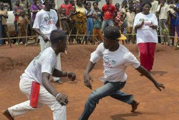 Refugiados praticam capoeira no acampamento de Mole. Foto: Acnur/B.Sokol