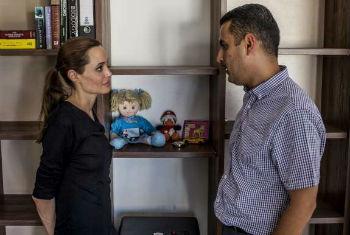 Angelina Jolie em encontro com refugiado sírio durante visita a Malta. Foto: Acnur/P.Muller