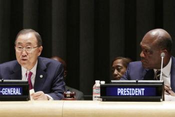 Ban Ki-moon e John Ashe. Foto: ONU/Evan Schneider