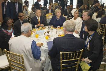 Ban Ki-moon em encontro com grupo de conselheiros para os ODMs. Foto: ONU/Eskinder Debebe