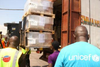 Unicef ajuda na distribuição de suprimentos para a Serra Leoa. Foto: Banco Mundial/Francis Ato Brown