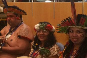 Francisca Navantino (ao centro) com outros indígenas brasileiros que participam da Conferência na ONU. Foto: Rádio ONU