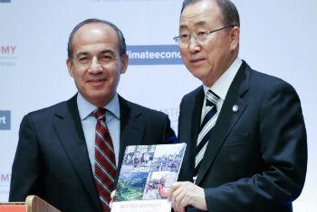 Felipe Calderón (esq.) e Ban Ki-moon com relatório conduzido pela Comissão Global sobre Economia e Clima. Foto: ONU/Evan Schneider