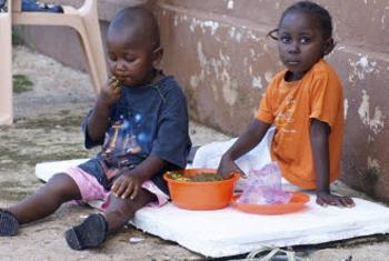 Órfãos de pais que morreram de ébola em Kenema, na Serra Leoa. Foto: OMS/Stéphane Saporito
