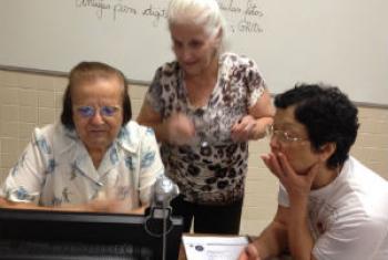 Neide Lourdes Ferrari (esq.) faz aula para aprender a usar o Facebook. Foto: Arquivo pessoal