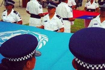 Bandeiras da ONU e de Samoa são erguidas em Apia. Foto: ONU/D. Dickinson