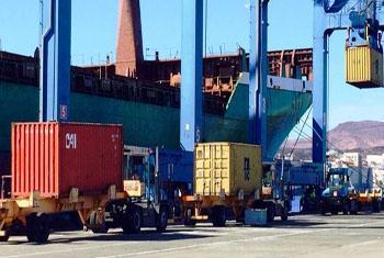 Navio em Las Palmas, Espanha, está sendo carregado com suprimentos do PMA que serão levados para Guiné. Foto: WFP/Enrique Pulido.