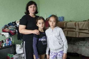 Mãe e filhas vivem em centro para refugiados. Foto: Acnur/E.Ziyatdinova