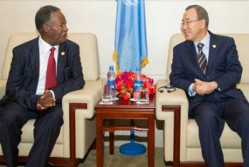 Ban Ki-moon e o Presidente Michael Sata num encontro em Addis Abeba em Maio de 2013. Foto: ONU/Eskinder Debebe
