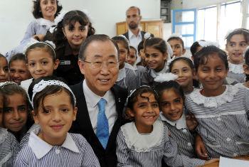 Ban Ki-moon em visita à escola da Unrwa em Gaza. Foto: ONU/Shareef Sarhan