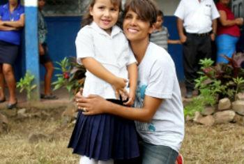 A atriz Halle Berry visita uma escola do PMA na Nicarágua. Foto: PMA