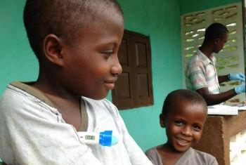 Crianças medem a temperatura em centro de tratamento de ebola em Serra Leoa. Foto: Unicef