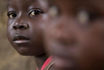 Amadou (esq.) e sua irmã Awa. Foto: Unicef Serra Leoa/2014/Bindra