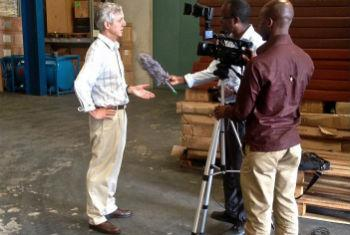Anthony Banbury fala com jornalistas. Foto: Unmeer