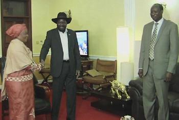 Zainab Bangura cumprimenta o presidente Salva Kiir